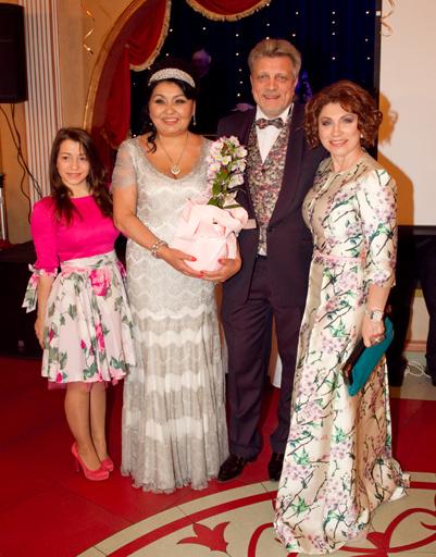Клара Кузденбаева с женихом Владимиром Кузнецовым и Роза Сябитова