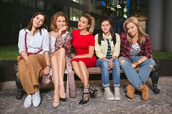 Телепроект «Девочки не сдаются» рассказывает о компании женщин, которые с завидным постоянством попадают в забавные ситуации
