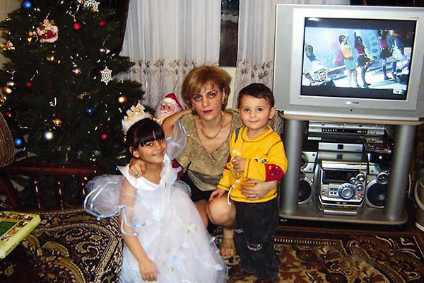 Карина выросла в семье предпринимателей. На фото — с мамой Анной и братом Мовсесом