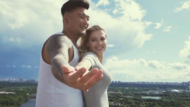 Анатолий Цой с Евой Канчельскис в клипе «Одеяльная»