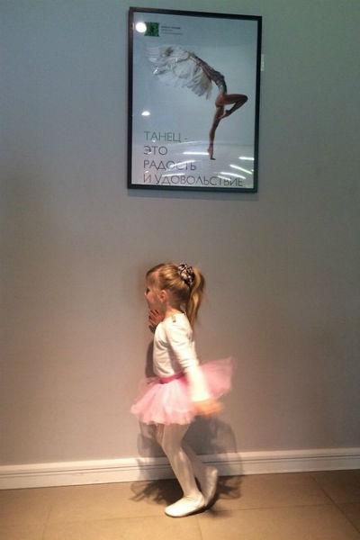 Маленькая Лиза и сама любит танцевать