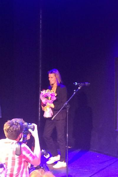 Актриса полднялась на сцену, чтобы получить премию от художественного руководителя театра