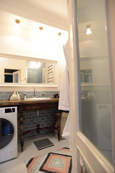 В небольшой ванной хватило места для стиральной машины, раковины и душевой кабины