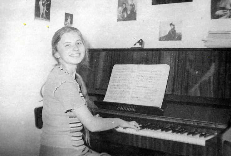 В детстве Ирина долго мечтала о пианино, первый инструмент в кредит купили родители
