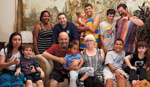 В окружении многочисленных родственников. С женой Маргаритой Михайловной Шуфутинский прожил 44года, ее не стало в 2015-м. Младший сын музыканта со своей семьей живет в Америке