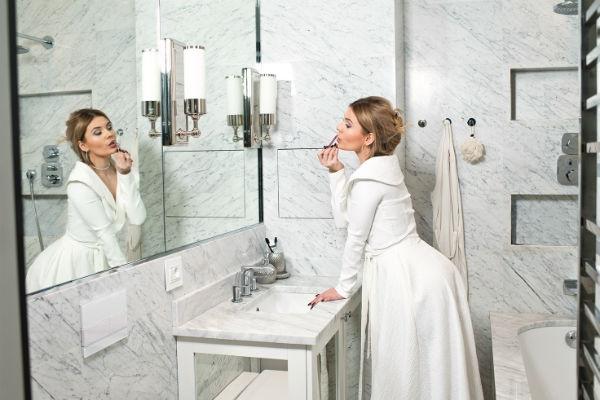 Светлые тона ванной комнаты визуально увеличивают пространство