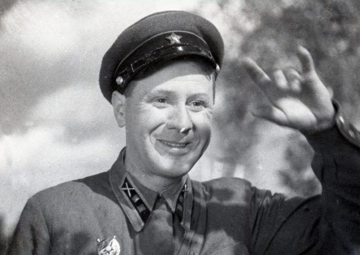 Первым мужем актрисы стал однокурсник Иван Любезнов