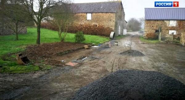 Заниматься ремонтом Юлии помогают местные фермеры