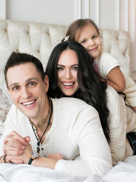 С супругой Ольгой иллюзионист воспитывает дочку Теону. Никаких фокусов в быту Илья не практикует