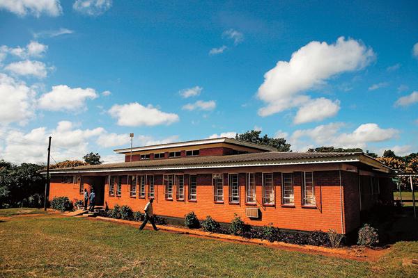 В здании суда Малави разрешили знаменитости забрать детей