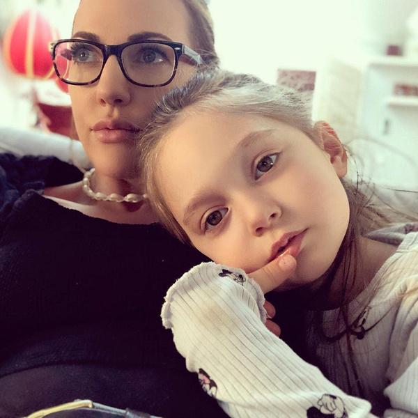 Мерьем Узерли с дочерью