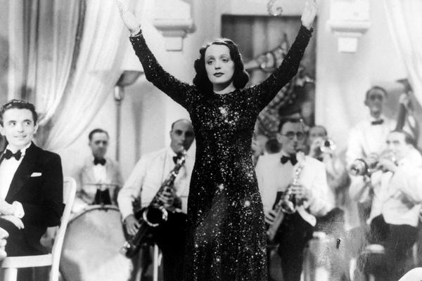 Эдит Пиаф начала выступать в лучших заведениях и на престижных концертных площадках Парижа
