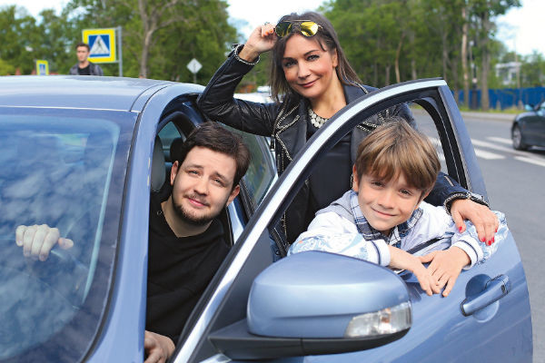 После ДТП Татьяна аккуратно водит. На фото - с сыновьями Сашей и Никитой