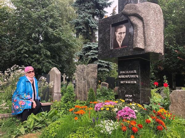 Лидия Федосеева-Шукшина на могиле супруга в день его 90-летия