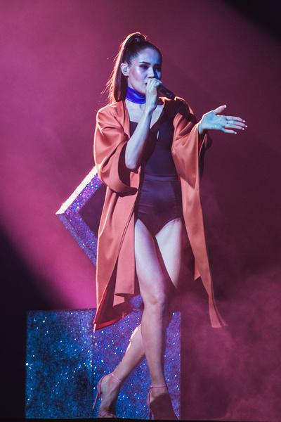 Видео, в котором участница телешоу исполняет песню «Падай со мной», набрало более 1,2 миллиона просмотров на YouTube