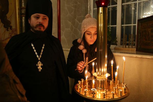 Фотий с участницей «Голоса» во время Крещения