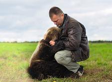 Бурого медведя спасла команда летчиков