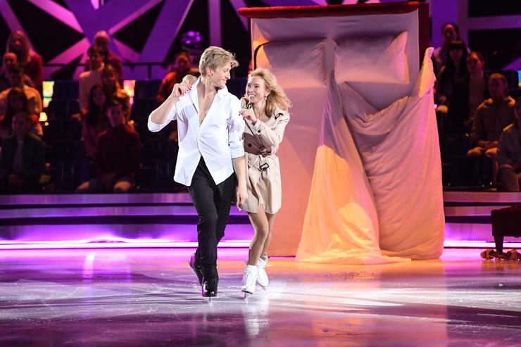 Зрители с восторгом наблюдали за выступлениями фигуристки в паре с Вячеславом Чепурченко