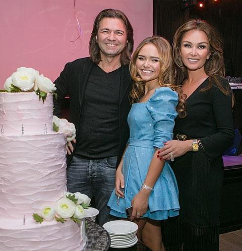 Дмитрий и Елена Маликовы с дочерью Стешей