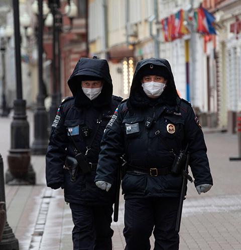 Сотрудники полиции вынуждены работать даже в разгар эпидемии