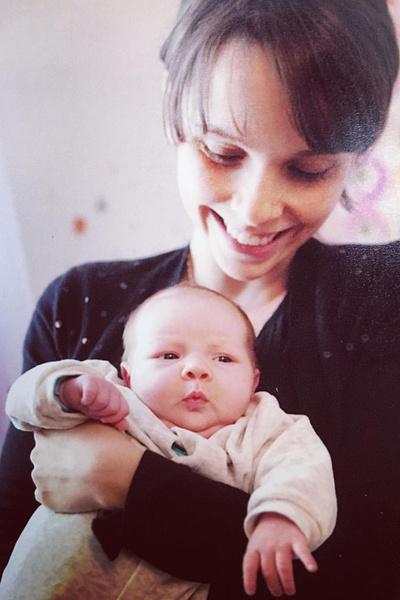 Сейчас актриса одна воспитывает дочь.