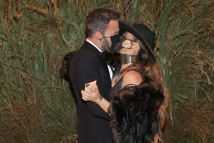 Под конец вечера звезды уже вовсю целовались