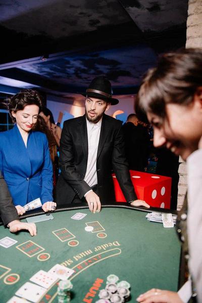 Гости играли в азартные игры на игрушечные деньги