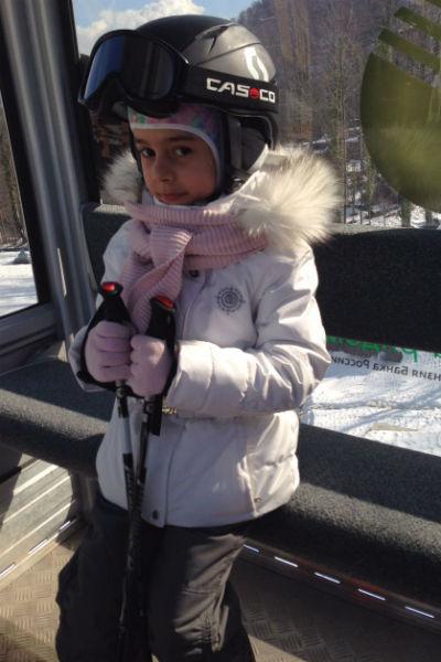 Ева уверенно катается на лыжах