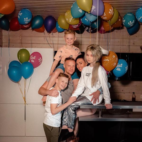 Пара воспитывает троих наследников.  Двое старших - дети голкипера от первого брака.