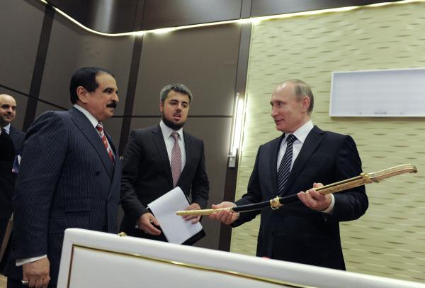 Король Бахрейна передал Владимиру Путину меч из дамасской стали в резиденции «Бочаров ручей»