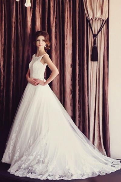 Невеста выбрала платье с пышной юбкой