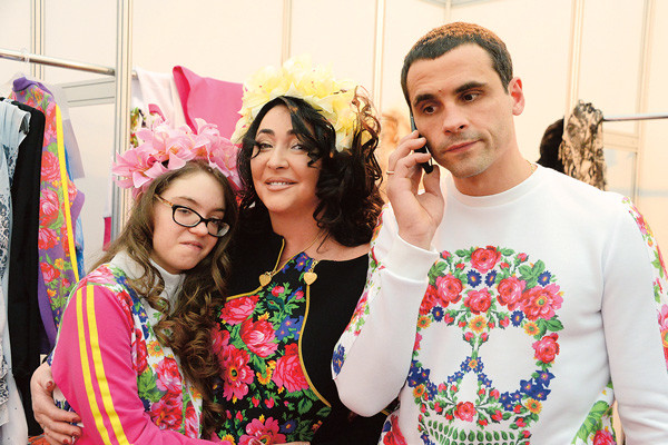 Лолиту поддерживают муж Дмитрий Иванов и дочка Ева, которая регулярно приезжает в гости к маме из Киева