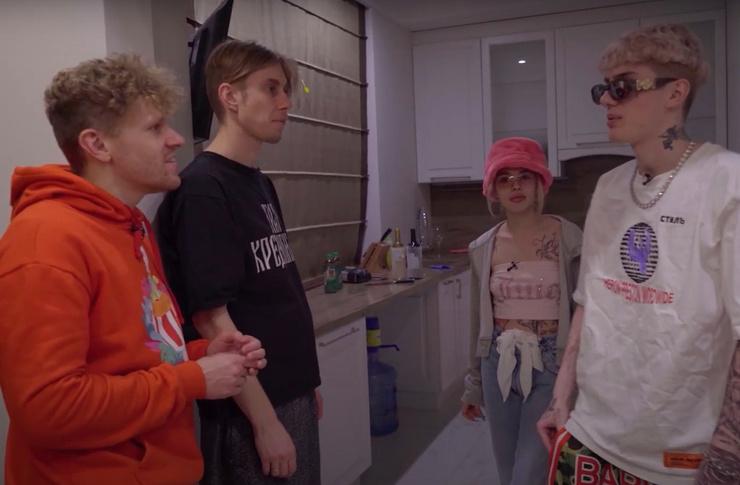 Артисты провели экскурсию по квартире