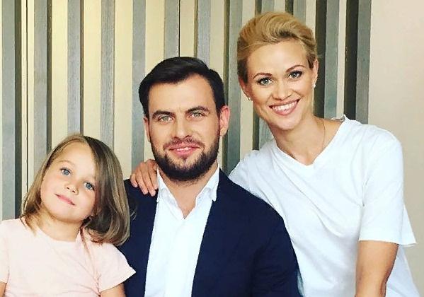 Полноценная семья у Марины появляется лишь пока в рекламе или кино, сама актриса еще не замужем