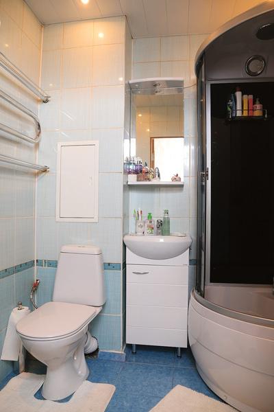 «Андрей очень высокий, в ванной ему неудобно, поэтому мы поставили душевую кабину», – объясняет Ксения