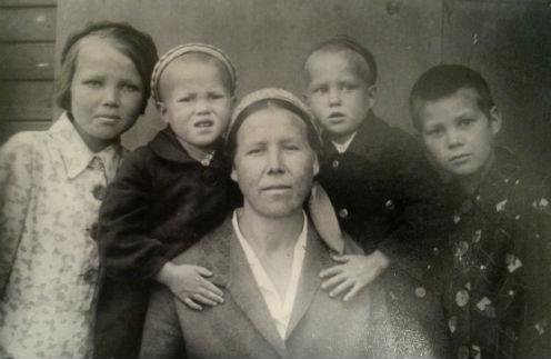 Клавдия Анисимова с близнецами Татой и Геной и старшими детьми еще долго ждали папу с фронта