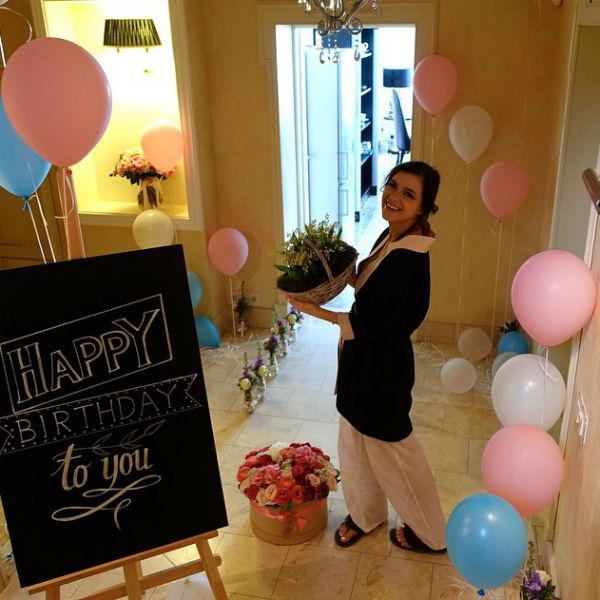 В день своего 30-летия певица впервые задула свечи на торте