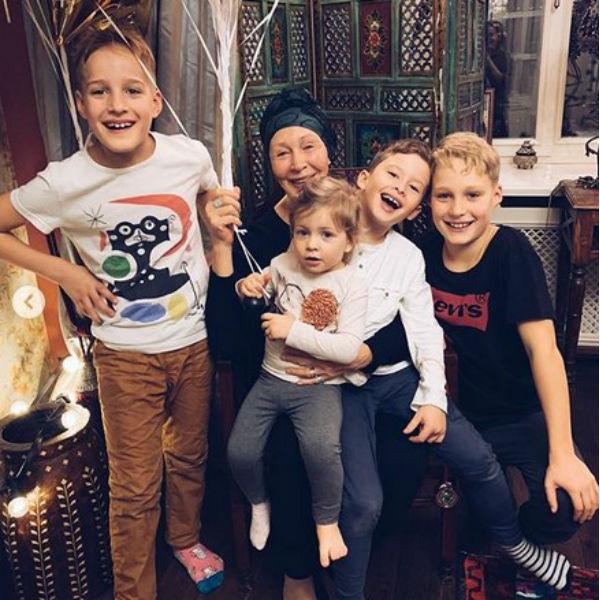 Актриса в окружении любимых внуков