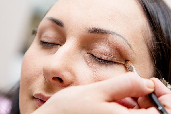 Внешние уголки глаз слегка выделяем тенми шоколадного оттенка