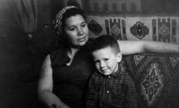 Юный Евгений Миронов с мамой
