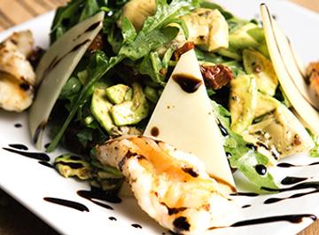 Салат с креветками, авокадо и рукколой