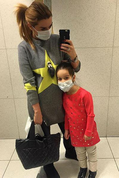 Телеведущая с дочкой решили перестраховаться и надели маски