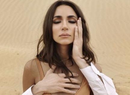 Певица Зара уединилась в пустыне с избранником