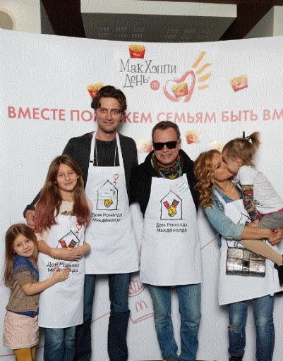 Иван Колесников с дочерьми и Владимир Левкин с семьей