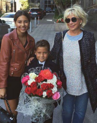 Дочь Зияда Манасира Диана проводила брата на линейку