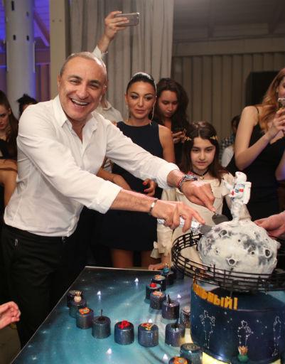 Именинник лично угостил гостей праздничным тортом