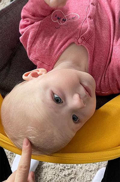 Малышка уже сейчас очень похожа на папу