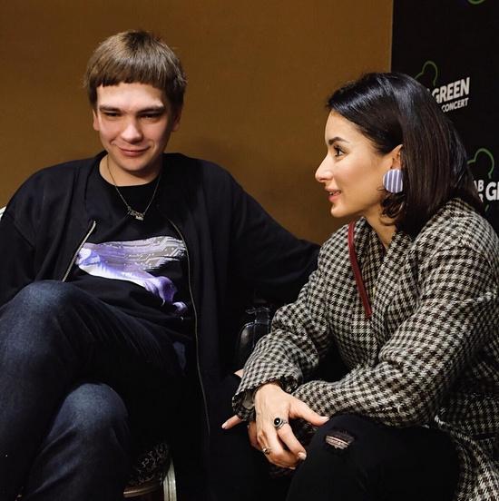 Рэпер Гнойный и Тина Канделаки за кулисами концерта объединения «Антихайп» в Москве