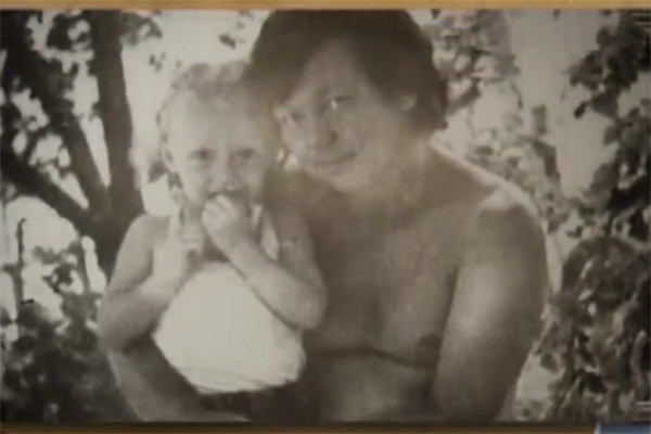 Маленькая Альбина на руках у отца