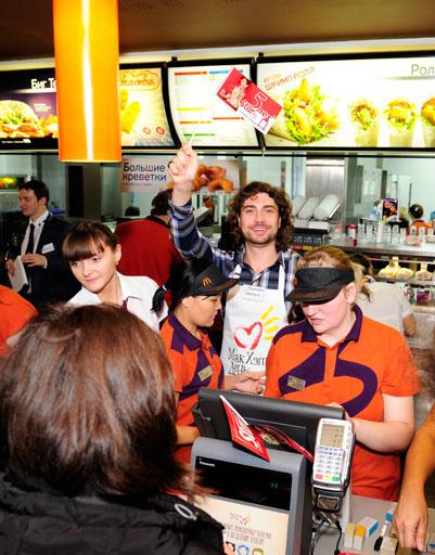 Ди-джей «Русского радио» Дмитрий Оленин стал самым красивым продавцом вечера